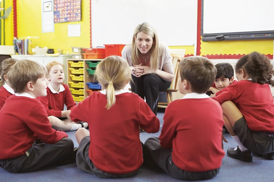 Profesora de educación infantil con niños
